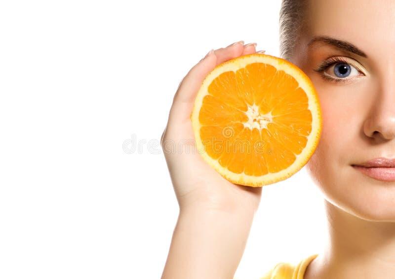 Mädchen mit saftiger Orange stockfoto