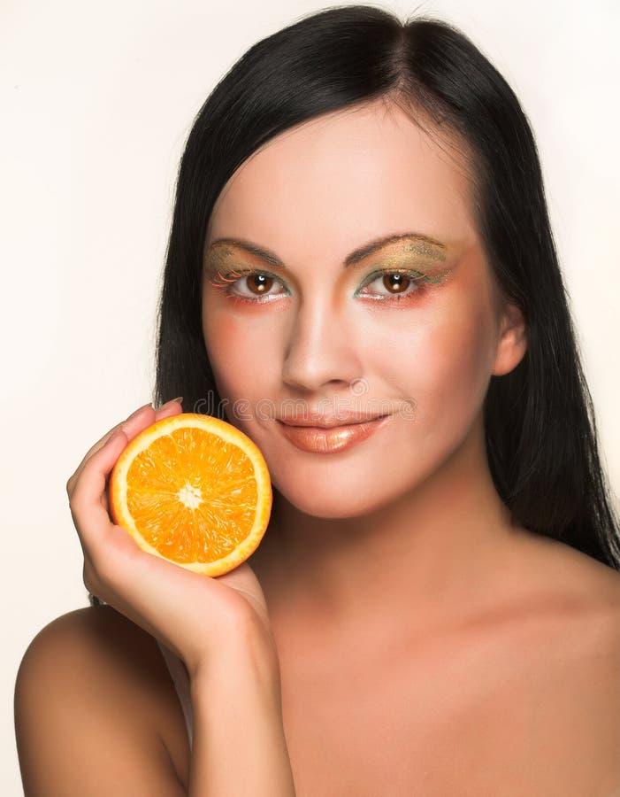 Mädchen mit saftiger Orange lizenzfreies stockbild