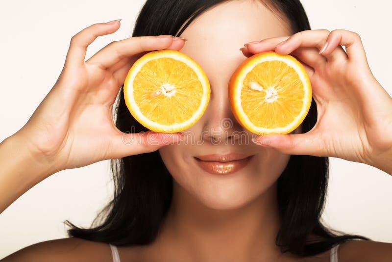 Mädchen mit saftiger Orange lizenzfreies stockfoto