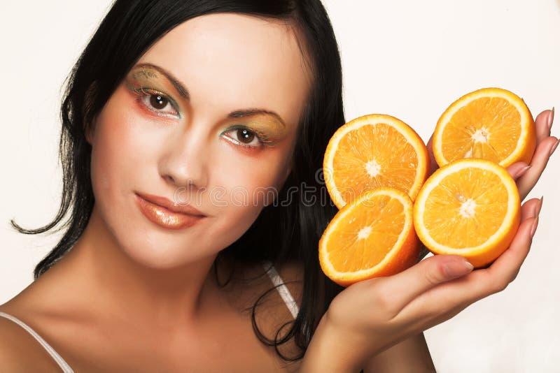 Mädchen mit saftiger Orange stockbilder