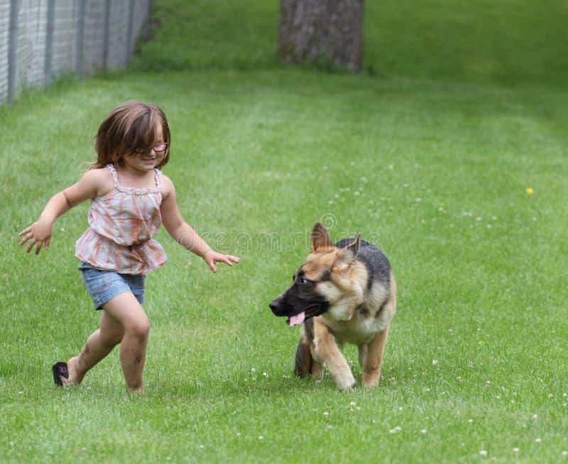 Mädchen mit Schäferhund-Dog-Welpen am Park stockfotos