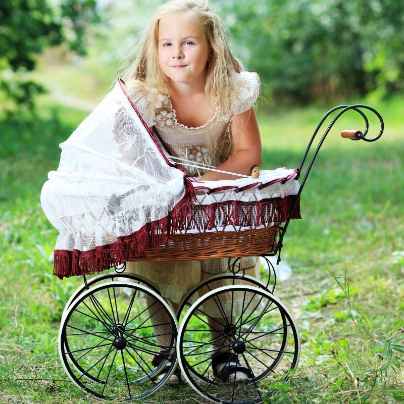 Mädchen mit Schätzchenbuggy lizenzfreies stockbild