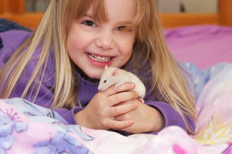 Mädchen mit Schätzchenratte lizenzfreie stockbilder