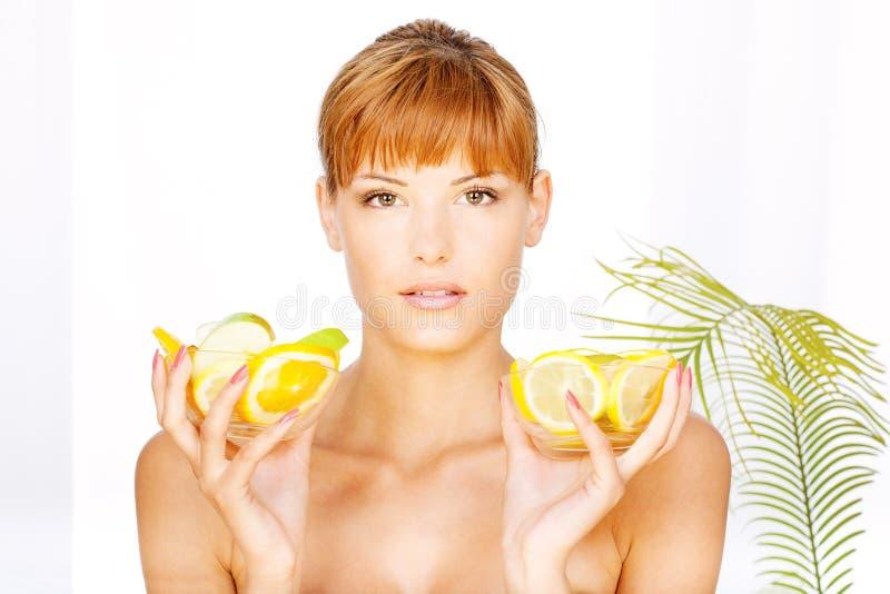 Mädchen mit Schüssel zwei voll Frucht stockfotos