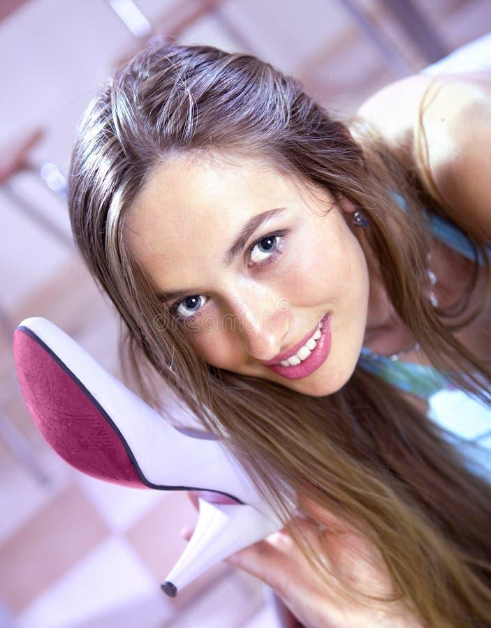 Mädchen mit Schuh stockfotos