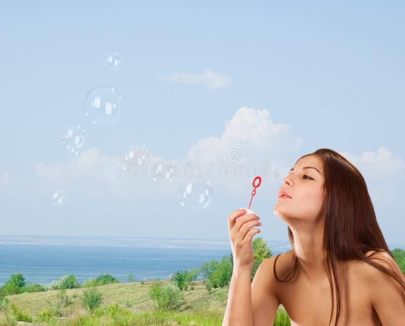 Mädchen mit Seifenluftblasen stockfotos