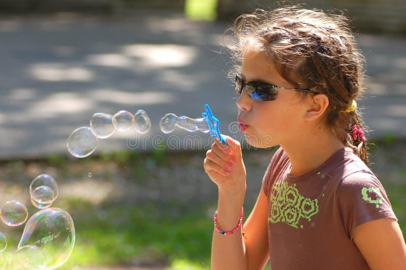 Mädchen mit seifigen Luftblasen lizenzfreie stockfotos