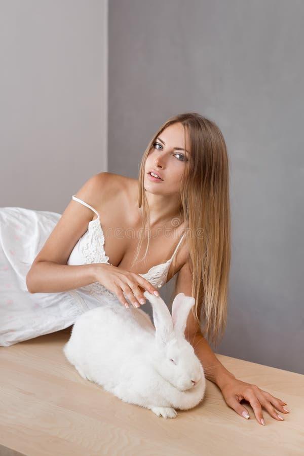 Mädchen mit seinem großes Kaninchen des Haustieres stockbild