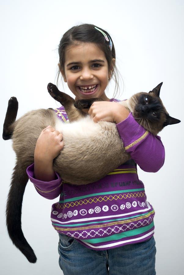 Mädchen mit siamesischer Katze lizenzfreies stockbild