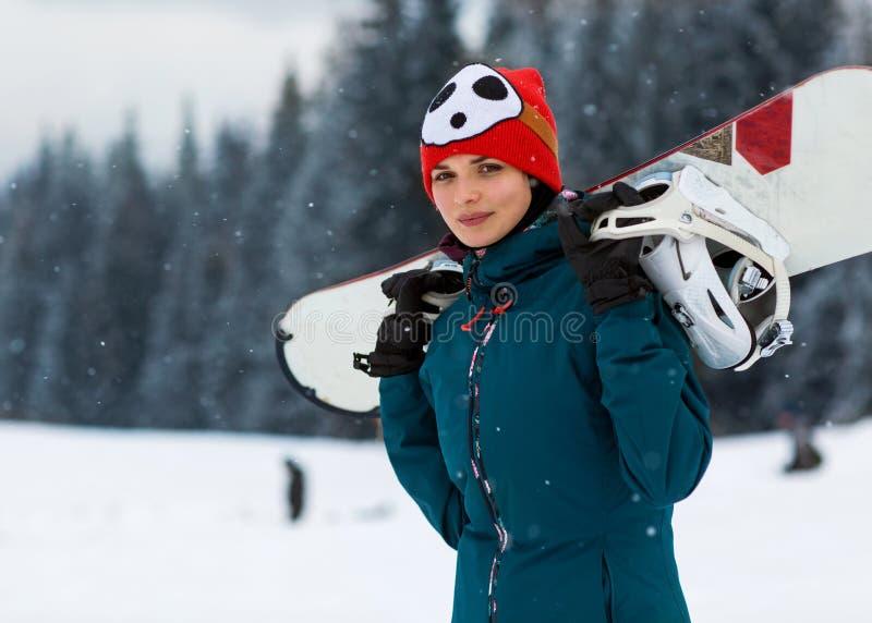 Mädchen mit Snowboard auf dem Berg stockfoto