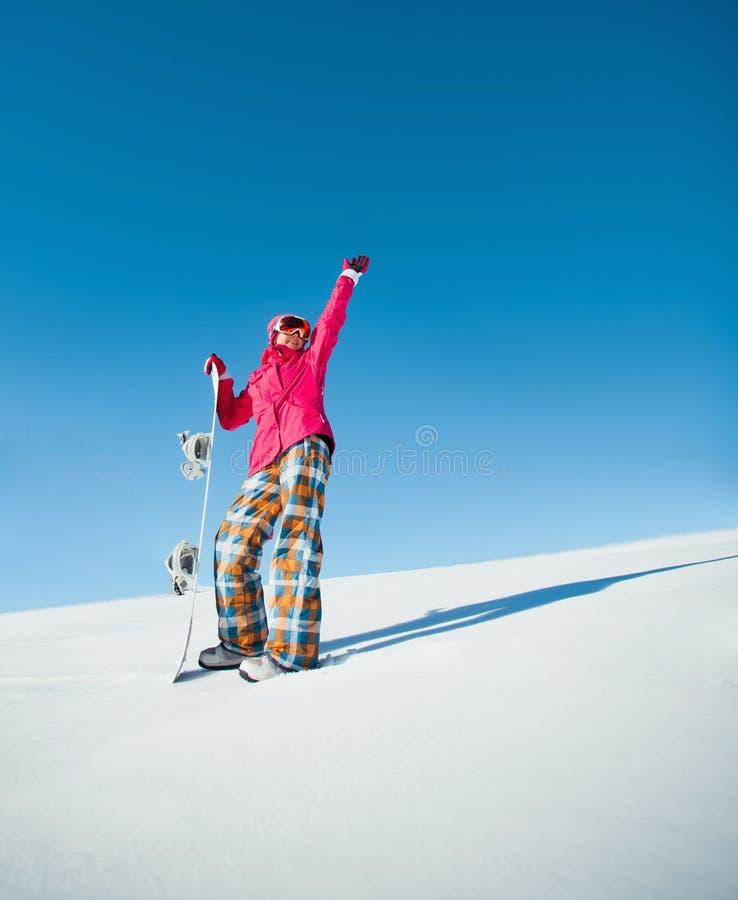 Mädchen mit Snowboard auf dem Schnee lizenzfreie stockfotografie