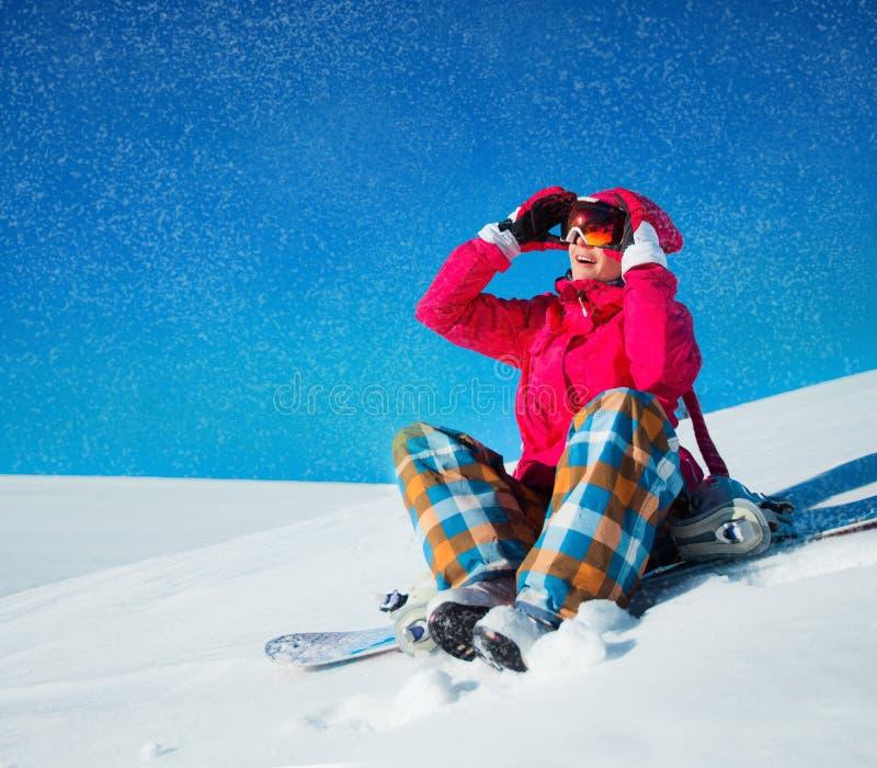 Mädchen mit Snowboard auf dem Schnee stockfotografie