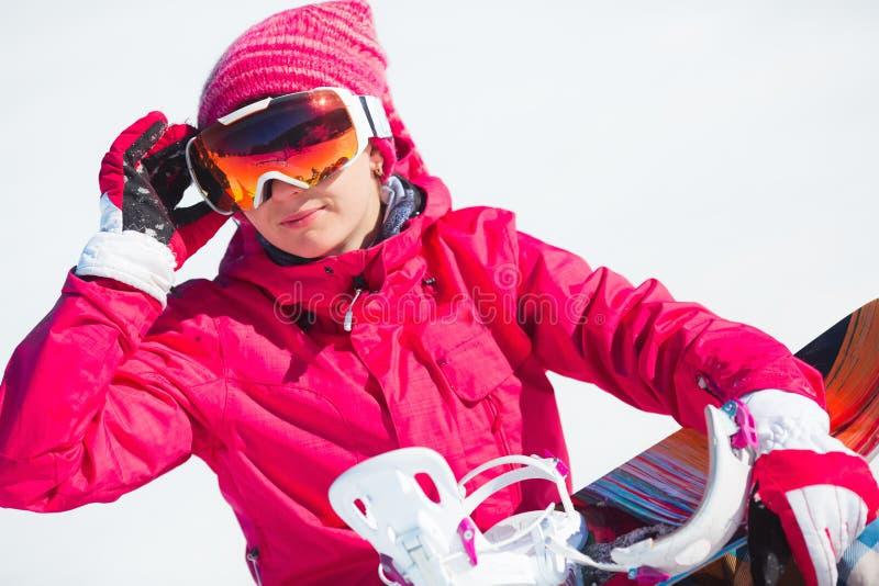 Mädchen mit Snowboard auf dem Schnee stockbilder