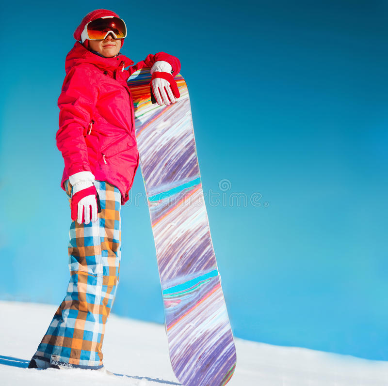 Mädchen mit Snowboard auf dem Schnee stockfotos