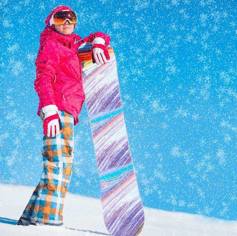 Mädchen mit Snowboard auf dem Schnee lizenzfreies stockfoto
