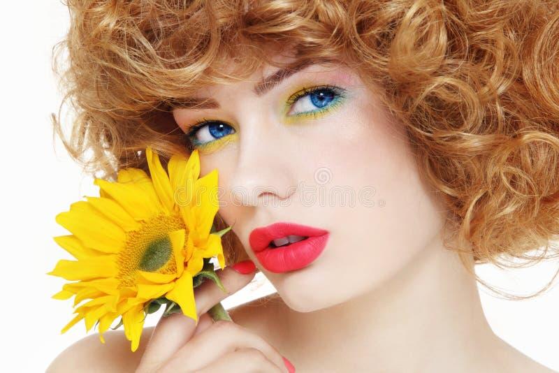 Mädchen mit Sonnenblume lizenzfreies stockfoto
