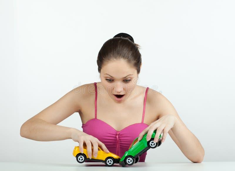 Mädchen mit Spielzeugautos stockbilder