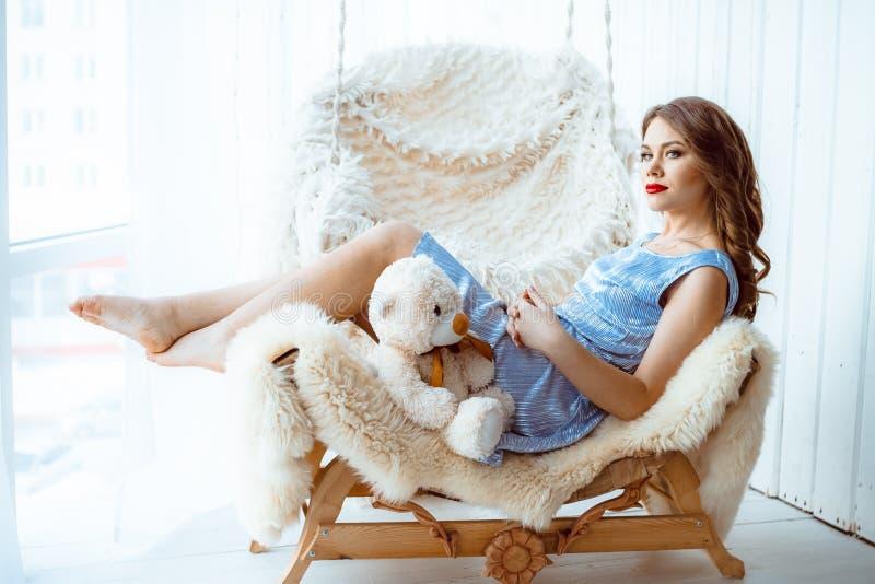 Mädchen mit Spielzeugbären stockfoto