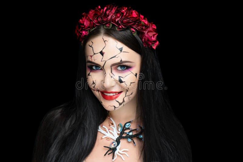 Mädchen mit Sprüngen in ihrem Gesicht lizenzfreie stockfotos