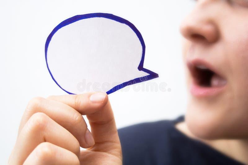 Mädchen mit Spracheblasenfahne stockfoto