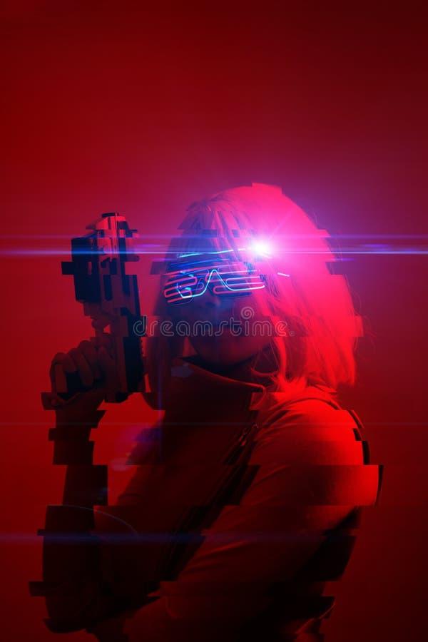 Mädchen mit Sprengstoff in der futuristischen Schlacht Konzept der virtuellen Realität, Cyberspiel Bild mit glitzerndem Effekt stockfotos
