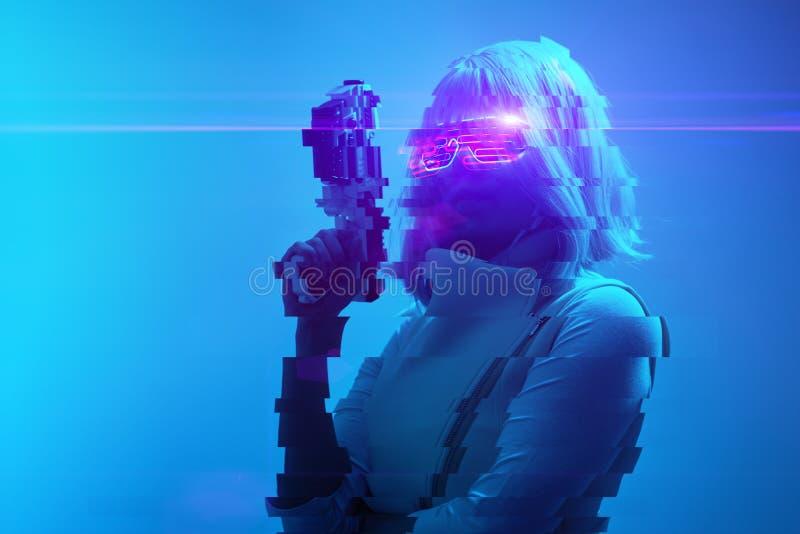 Mädchen mit Sprengstoff in der futuristischen Schlacht Konzept der virtuellen Realität, Cyberspiel Bild mit glitzerndem Effekt lizenzfreie stockfotografie