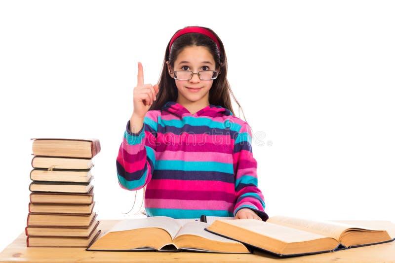 Mädchen mit Stapel von alten Büchern lizenzfreie stockbilder