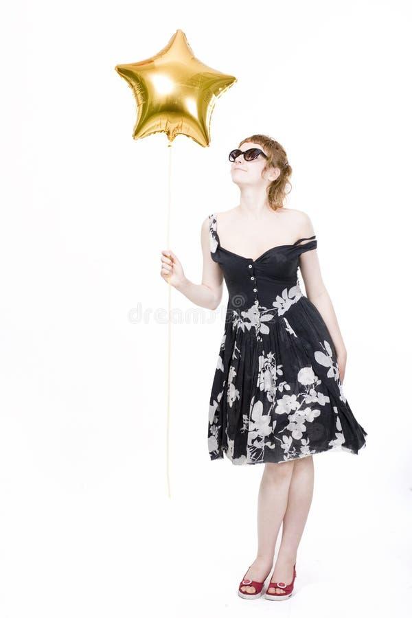 Mädchen mit sternförmigen Ballonen lizenzfreie stockfotos