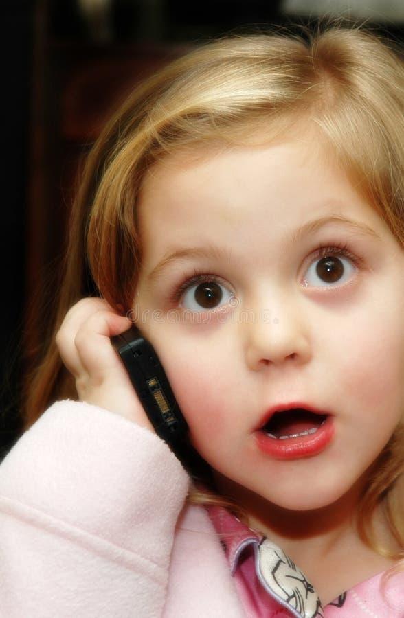 Mädchen mit Telefon lizenzfreie stockfotos