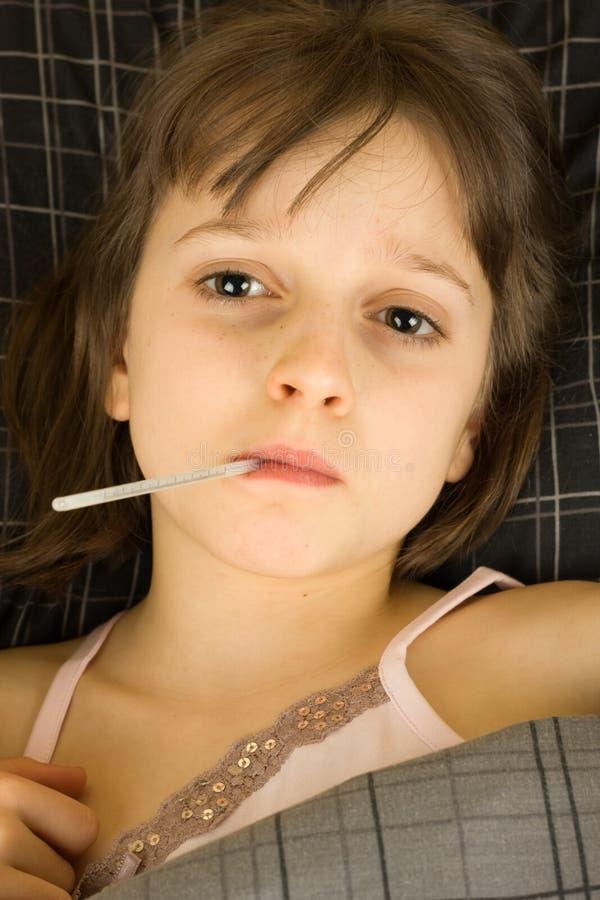 Mädchen mit Thermometer lizenzfreie stockfotografie
