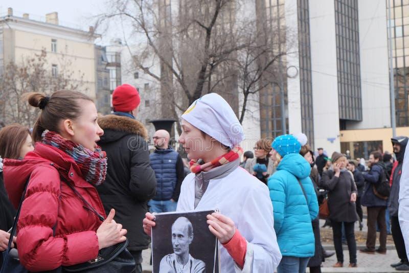 Mädchen mit transporant auf einmal der Protestäusserung lizenzfreie stockfotos
