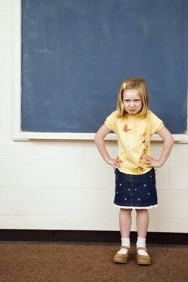 Mädchen mit traurigem Ausdruck im Klassenzimmer lizenzfreies stockbild