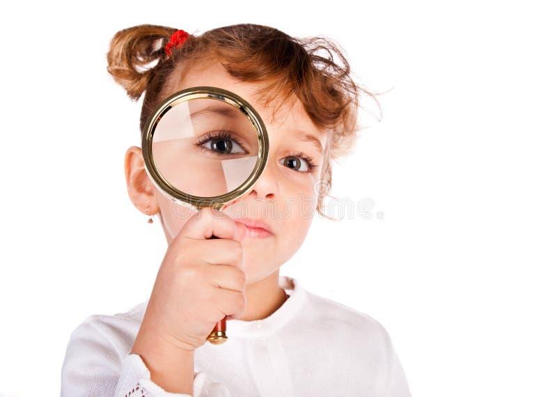 Mädchen mit Vergrößerungsglas stockbild