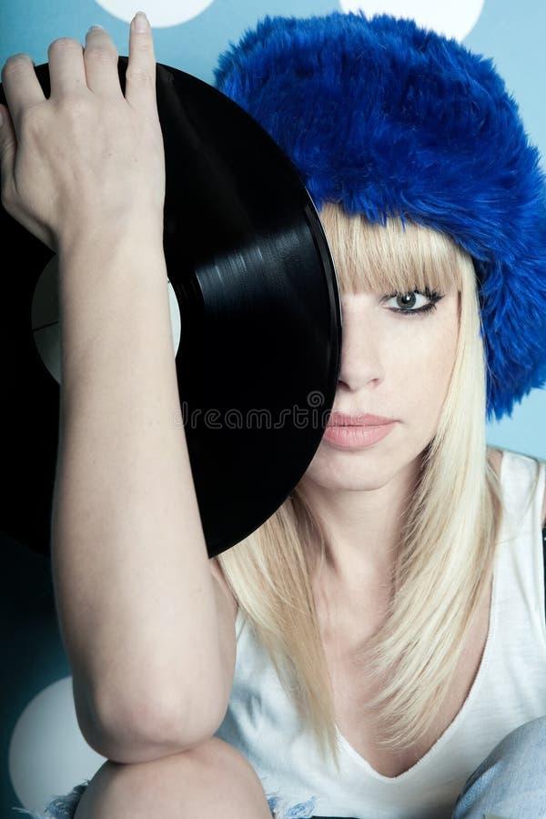 Mädchen mit Vinylmusicalaufzeichnungen in ihren Händen stockfotos