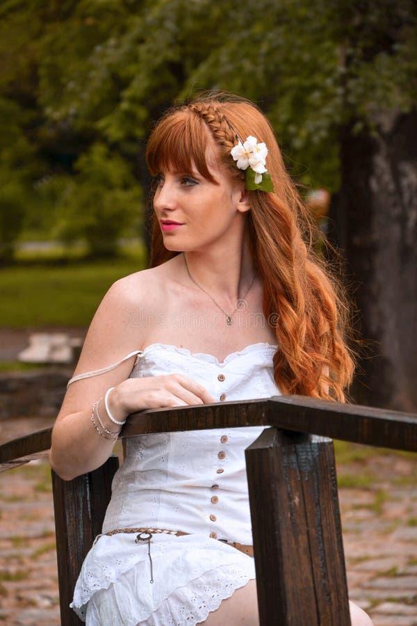 Mädchen mit weißer Blume lizenzfreie stockfotos