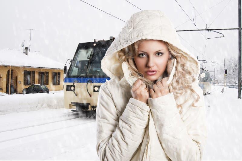 Mädchen mit weißer Haube, justiert sie den Stutzen lizenzfreie stockbilder