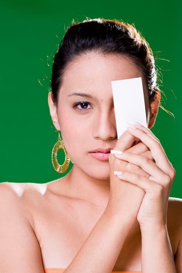 Mädchen mit weißer Karte lizenzfreie stockfotografie