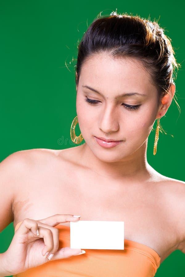 Mädchen mit weißer Karte lizenzfreies stockfoto