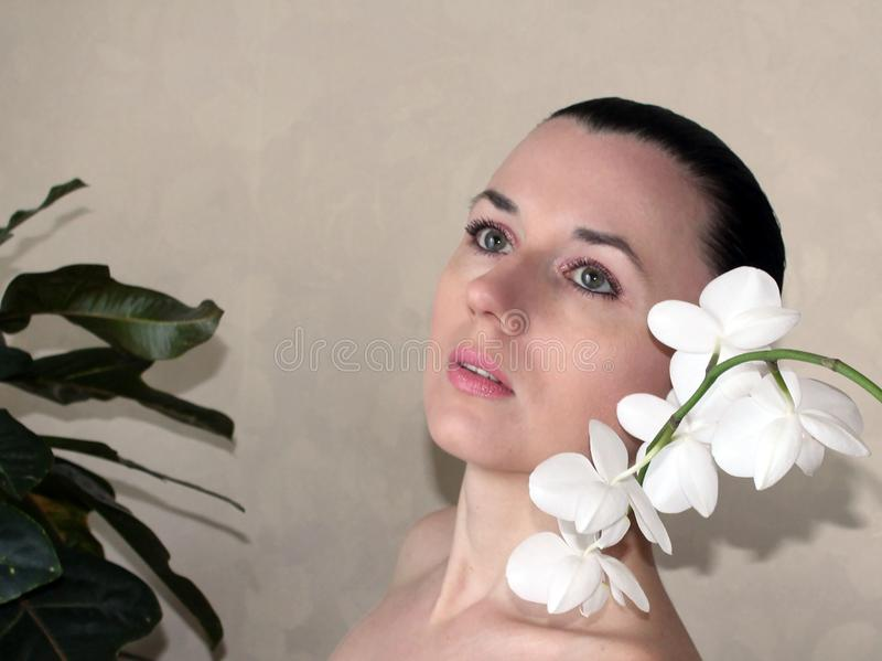 Mädchen mit weißer Orchidee lizenzfreie stockfotografie