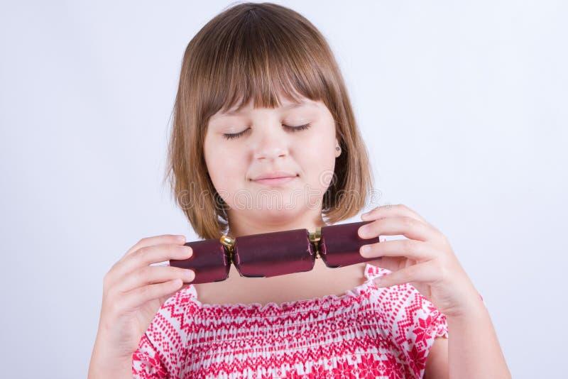 Mädchen mit Weihnachtscrackern stockbild