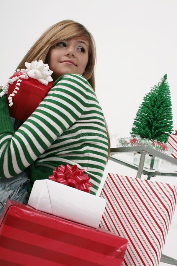 Mädchen mit Weihnachtsgeschenken stockbild
