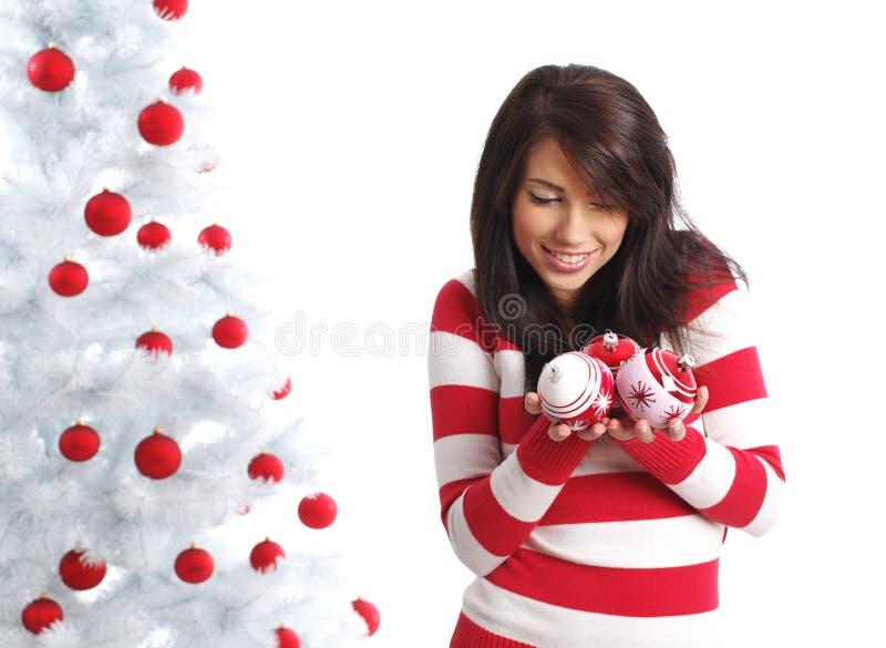 Mädchen mit Weihnachtskugeln lizenzfreie stockfotografie