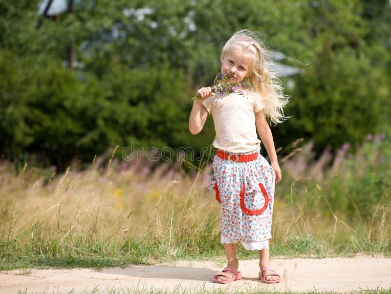 Mädchen mit wilden Blumen lizenzfreies stockfoto