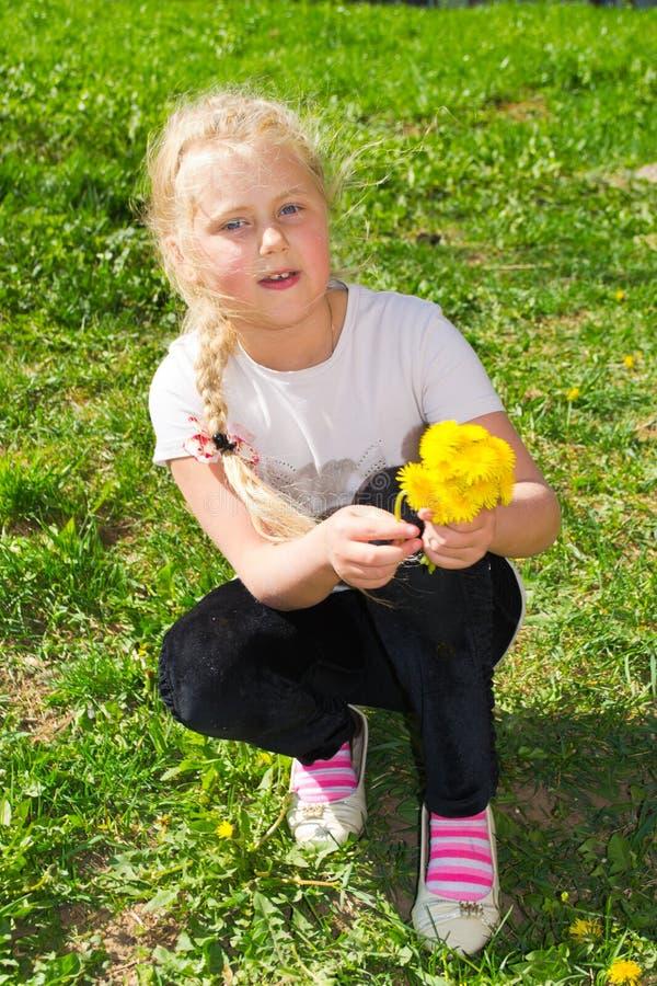 Mädchen mit wilden Blumen lizenzfreies stockbild