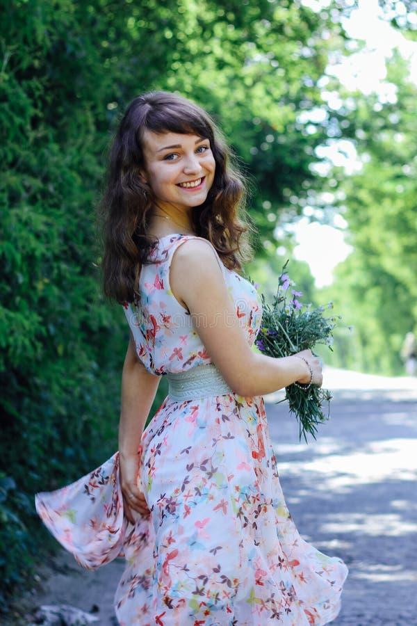 Mädchen mit wilden Blumen in ihren Händen stockfotografie