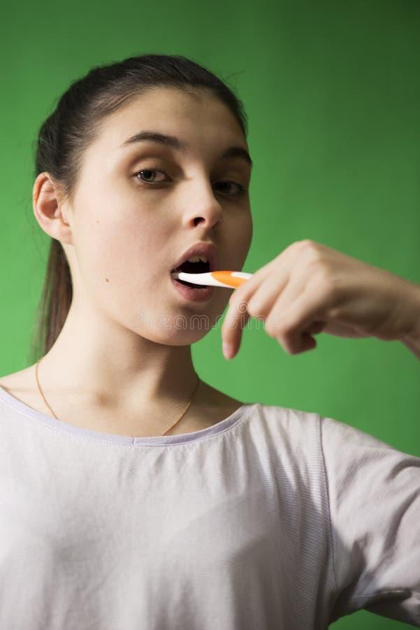 Mädchen mit Zahnbürste trennte stockbilder