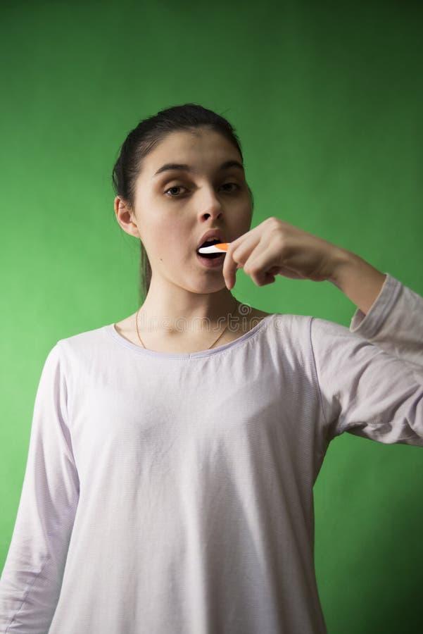 Mädchen mit Zahnbürste trennte stockfotografie