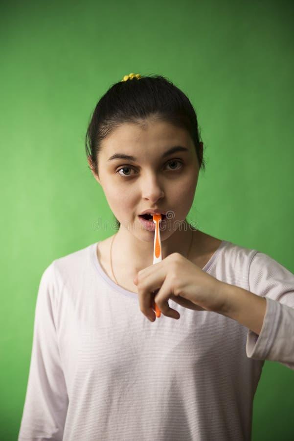 Mädchen mit Zahnbürste trennte lizenzfreies stockbild