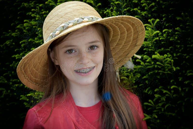 Mädchen mit zahnmedizinischen Klammern stockbild