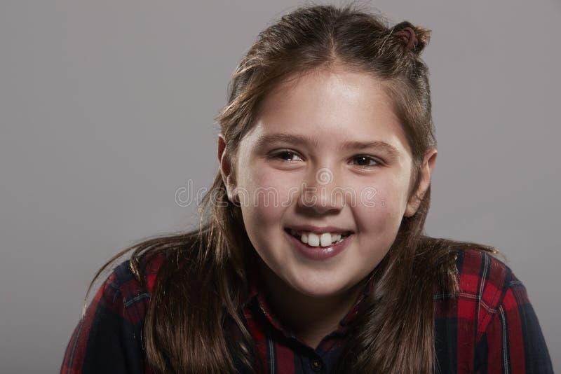 Mädchen mit zehn Jährigen, das weg, nahes hohes lächelnd schaut lizenzfreie stockfotos